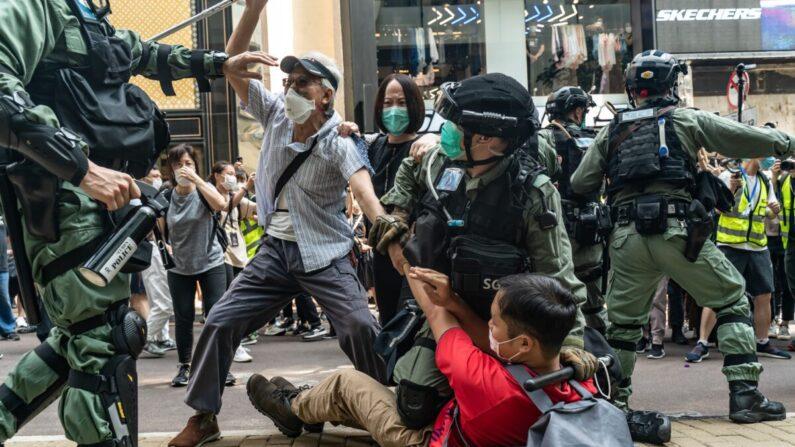 27일 홍콩 도심 코즈웨이베이에서 국가보안법 제정 반대 시위가 벌어진 가운데, 경찰이 시위대를 강제 해산시키고 있다. 홍콩 경찰에 따르면, 이날 시위대 최소 300여명이 체포됐다. | Anthony Kwan/Getty Images