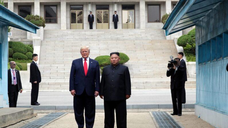 지난 2019년 6월 30일 비무장지대(DMZ) 판문점 북측 지역에서 만난 도널드 트럼프 미국 대통령과 김정은 북한 국무위원장 | Dong-A Ilbo via Getty Images