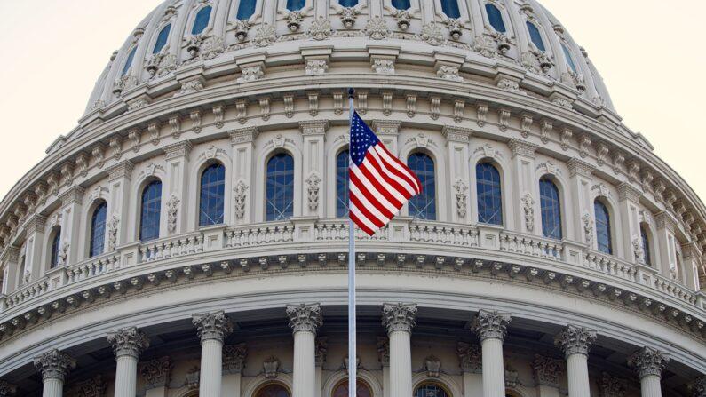 미국 국회의사당에 세계 파룬따파의 날을 기념해 걸린 성조기 | 따이 위 기자/에포크타임스