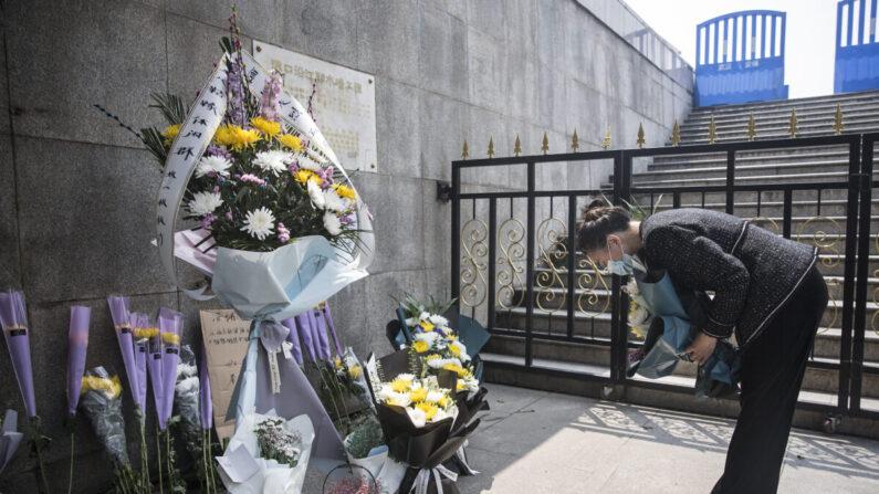 중국 우한에서 중공 바이러스 감염증(우한폐렴) 희생자를 추모하는 한 시민. 2020.4.8 | Getty Images
