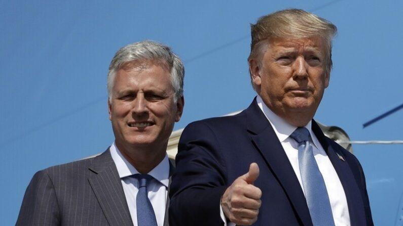 로버트 오브라이언 미 백악관 국가안보 보좌관(왼쪽)과 도널드 트럼프 미 대통령 | AP=연합뉴스