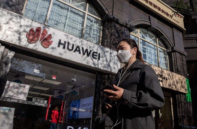 마스크를 착용한 시민이 베이징의 화웨이 매장 앞을 지나고 있다. |  베이징=AFP 연합뉴스