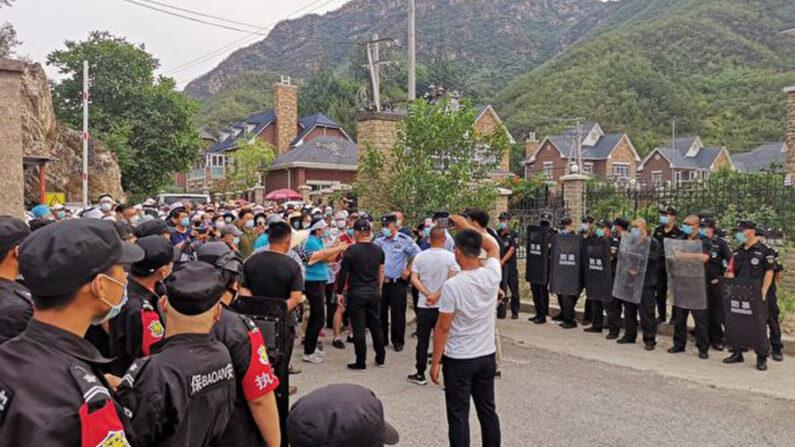 베이징 창핑(昌平)구의 단독주택단지 프리우스 캐슬(普瑞斯堡) 입구에서 강제철거를 막으려는 주민들과 진입하려는 경찰이 대치하고 있다. | 주민 제공=에포크타임스
