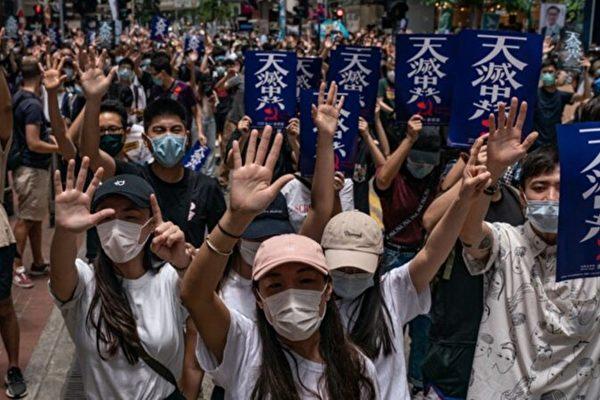 5월 24일 홍콩인들이 '하늘이 중국공산당을 멸할 것(天滅中共)'이라고 쓴 피켓을 들고 홍콩 국가보안법에 항의하고 있다. | Anthony Kwan/Getty Images