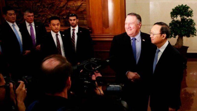 지난 2018년 워싱턴 회담 뒤 공동 기자회견을 하는 마이크 폼페이오 미 국무장관과 양제츠 중국공산당 정치국원   ANDY WONG/AFP via Getty Images