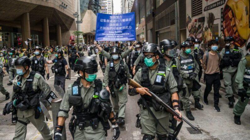 홍콩 도심 애드머럴티에서 중국 공산당의 홍콩 보안법 제정 반대시위가 열린 가운데, 대폭동 진압경찰이 대기하고 있다. 2020.5.27  | Billy H.C. Kwok/Getty Images