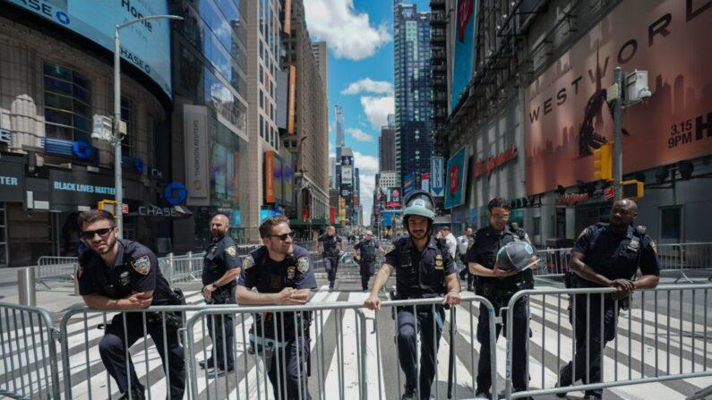 지난 7일 미국 뉴욕에서 경찰들이 조지 플로이드 사망 항의 시위대를 바라보고 있다. | BRYAN R. SMITH/AFP via Getty Images