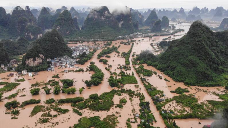 지난 7일 홍수로 물에 잠긴 중국 광시좡족자치구 구이린 양수오   STR/AFP via Getty Images