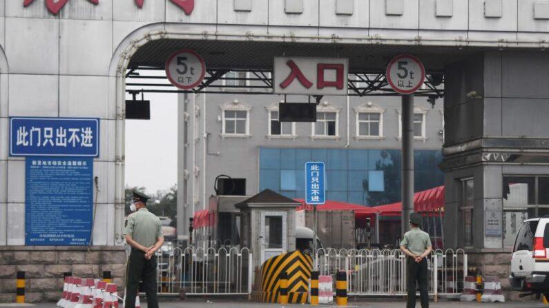 지난 13일 베이징의 폐쇄된 신파디(新發地) 도매시장에 중공군 경찰들이 진입했다. | GREG BAKER/AFP via Getty Images