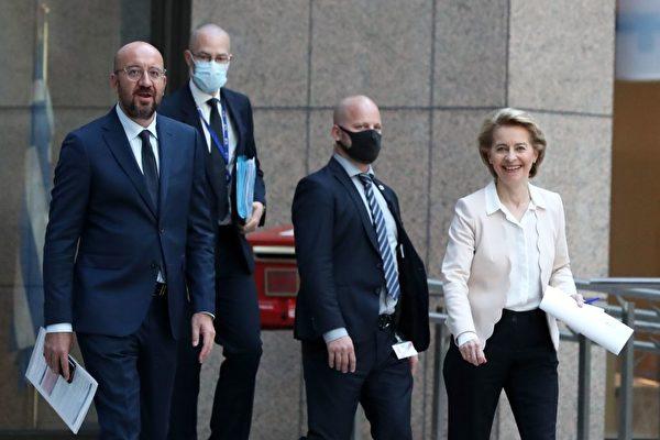 샤를 미셸 유럽연합(EU) 이사회 의장(왼쪽)과 우르술라 폰데어레엔 EU  집행위원장(오른쪽)이 중국 측과의 화상 정상회담을 마친 뒤 공동 기자회견에 참석하기 위해 이동하고 있다. 2020.6.22 | YVES HERMAN / POL / AFP = 연합뉴스