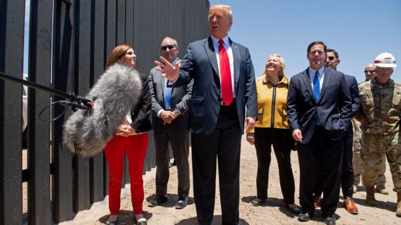 도널드 트럼프 미국 대통령이 2020년 6월 23일 애리조나주 산루이스에서 멕시코와 국경지대서 국경장벽 200마일 완공 기념식에 참석해 언론과 대화를 나누고 있다. | SAUL LOEB/AFP via Getty Images=연합뉴스