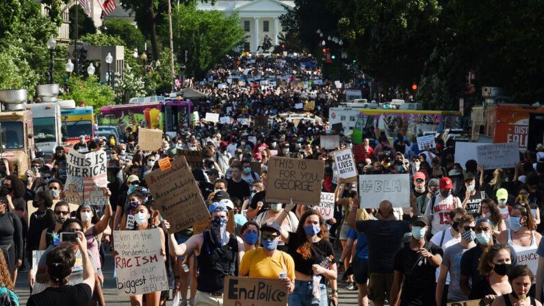 지난 6일 워싱턴 DC에서 열린 인종차별과 경찰의 만행에 반대하는 행진 도중 시위대가 백악관 인근을 지나고 있다. 020년 5월 25일 조지 플로이드 사망 이후 미네소타 주 미니애폴리스에서 체포돼 미국 전역에서 시위가 벌어지고 있다. | OLIVIER DOULIERY/AFP via Getty Images