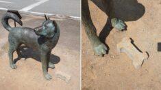 """""""길가에 설치된 강아지 동상 앞에 어떤 분이 '벽돌 개껌'을 가져다 놨어요"""""""