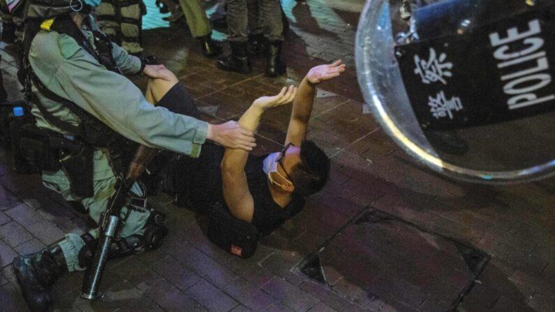 홍콩 몽콕 지구에서 경찰이 시위에 참가한 시민 체포하고 있다. 2020.6.12   ISAAC LAWRENCE/AFP via Getty Images