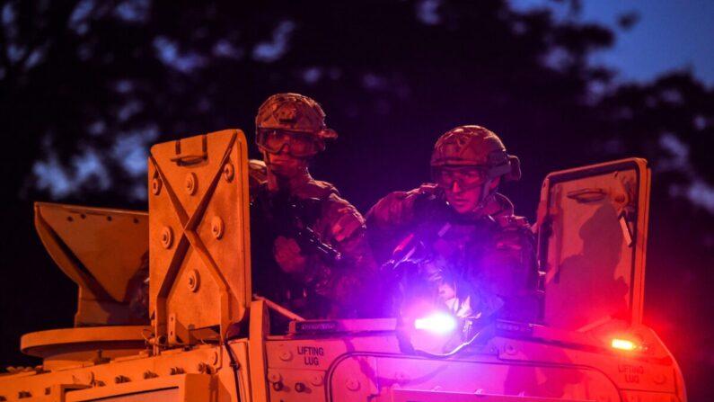 미국 국가경비대(통상 주 방위군) 군인들이 미네소타주 미니애폴리스에서 벌어진 조지 플로이드 사망 항의시위로 촉발된 폭력사태를 진정시키기 위해 시내를 순찰하고 있다. 2020.5.30 | CHANDAN KHANNA/AFP via Getty Images