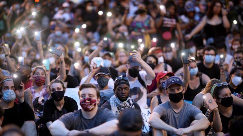 지난 6일 미국 수도 워싱턴 DC에서 시위대가 '내게 기대(Lean on me)'라는 노래를 부르고 있다.   Win McNamee/Getty Images