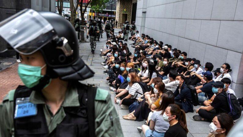 홍콩 보안법에 반대하다 경찰에 붙잡힌 홍콩 청년들 | ISAAC LAWRENCE/AFP via Getty Images