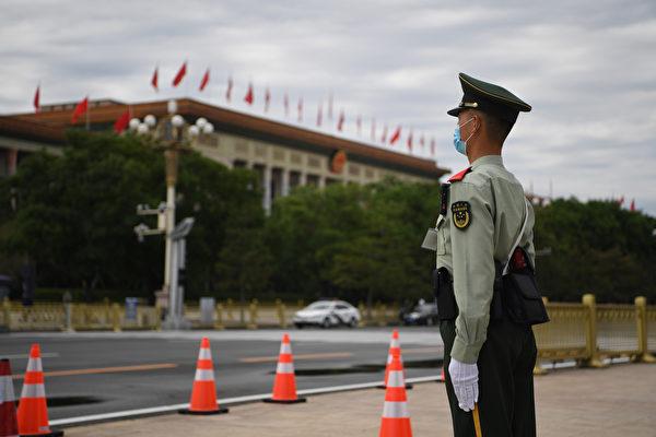 무장경찰이 중국 베이징 인민대회당 맞은 편에서 경비를 서고 있다. | Noel CELIS / AFP
