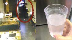 여자 손님이 화장실 간 사이 남자가 물잔에 약 타는 장면 목격한 식당 직원의 '구출 작전'