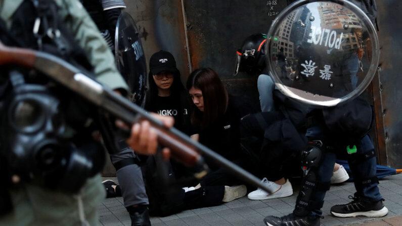 경찰에 붙잡힌 홍콩 시위대 | 로이터=연합뉴스