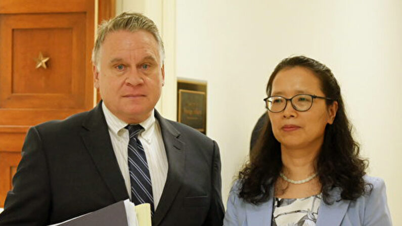 크리스 스미스 하원의원(왼쪽)과 남편의 구명을 위해 미국으로 건너온 중국인 여성 장위화씨 | 장위화씨 제공
