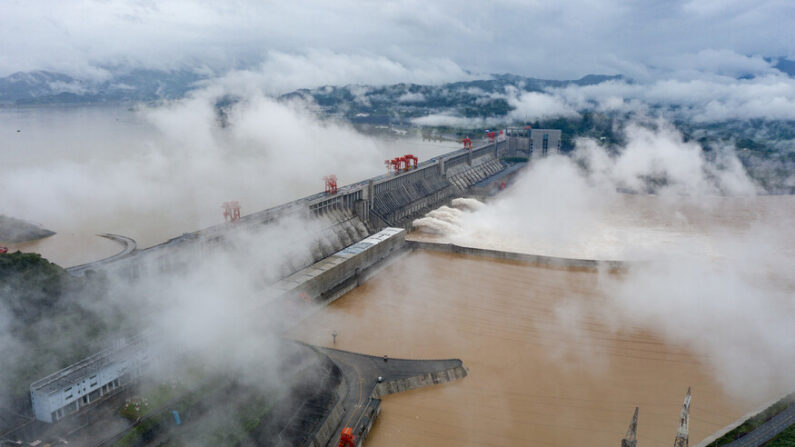 지난 18일 중국 후베이성 싼샤댐이 일부 수문을 열어 물을 방류하고 있다. | 신화통신=연합뉴스
