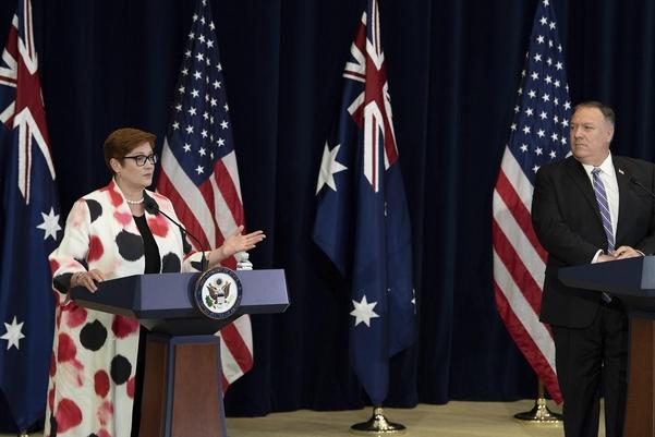 지난 28일(현지시각) 미국 워싱턴에서 2+2 회담을 미국과 호주의 국방·외무장관들이 기자회견을 하고 있다. 사진은 린다 레이놀즈 국방장관(왼쪽)과 마이크 폼페이오 국무장관(오른쪽). | AP=연합뉴스