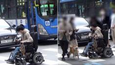 장애인의 휠체어가 횡단보도에서 갑자기 멈췄을 때, 시민들은 이렇게 반응했다