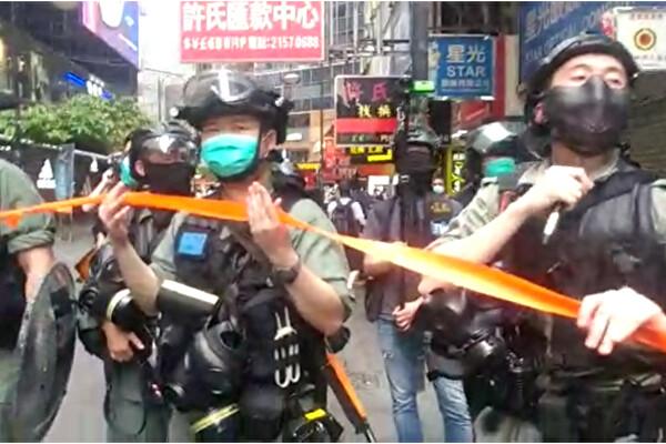 지난 1일 홍콩 경찰이 시내 곳곳에서 시민들의 움직임을 통제했다. | 홍콩=에포크타임스