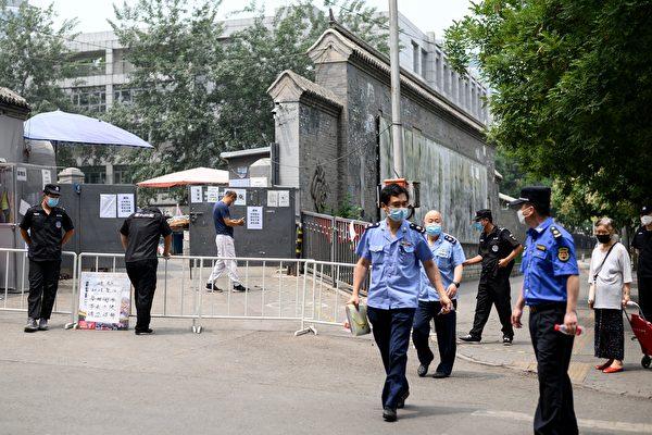 지난달 23일 베이징 신파디 부근 차오웨이 시장 앞 출입구를 경찰들이 지키고 있다. | NOEL CELIS/AFP via Getty Images=연합뉴스