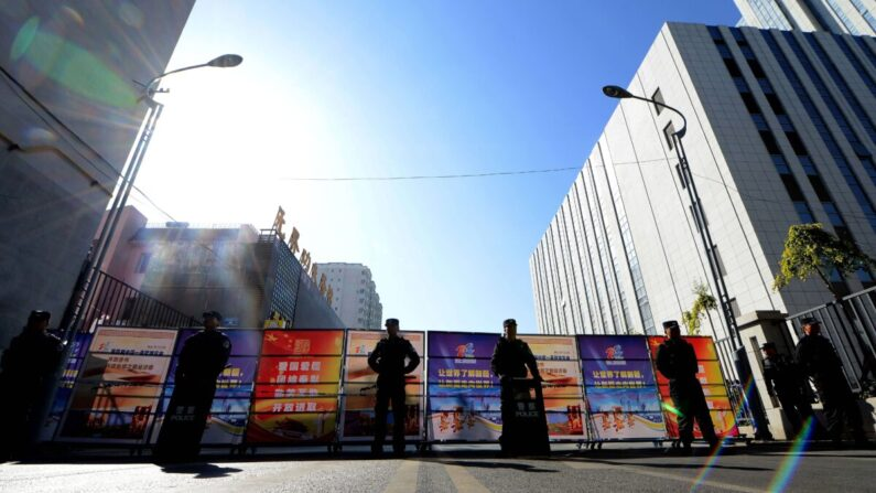 우루무치의 한 도로 봉쇄 장면 | GOH CHAI HIN/AFP via Getty Images