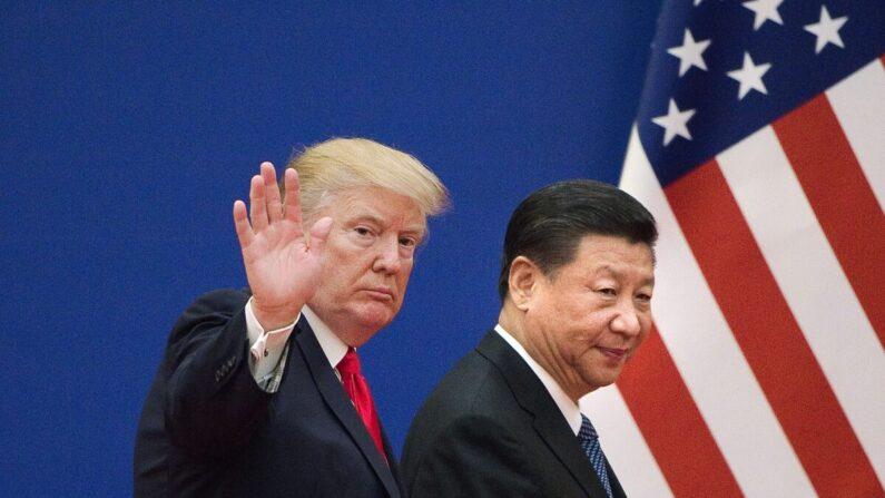 지난 2017년 11월 9일 중국 베이징 인민대회당에서 열린 미중 기업대표 회담에 참석한 도널드 트럼프 미 대통령과 시진핑 중국 공산당 총서기가 행사를 마치고 회당을 빠져나가고 있다. | NICOLAS ASFOURI/AFP via Getty Images=연합뉴스