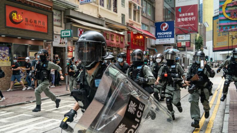 2020년 7월 1일 홍콩의 진압경찰들이 군중 통제작전을 수행하며 시민들을 향해 달려가고 있다.   Anthony Kwan/Getty Images