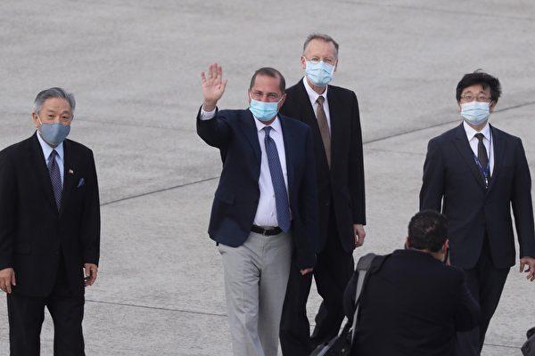 앨릭스 에이자 미국 보건복지부 장관이 2020년 8월 9일 타이베이 쑹산공항에 도착하면서 기자들에게 손을 흔들고 있다. | Pei Chen/POOL/AFP=연합뉴스