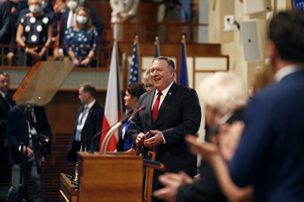 체코 프라하 의회에 도착한 마이크 폼페이오 장관이 참석자들의 환영에 웃음을 지어보이고 있다.   AFP=연합뉴스