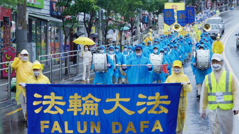 지난 9일 서울 구로 일대에서 열린 한국파룬따파불학회 퍼레이드 | 사진=이유정 기자