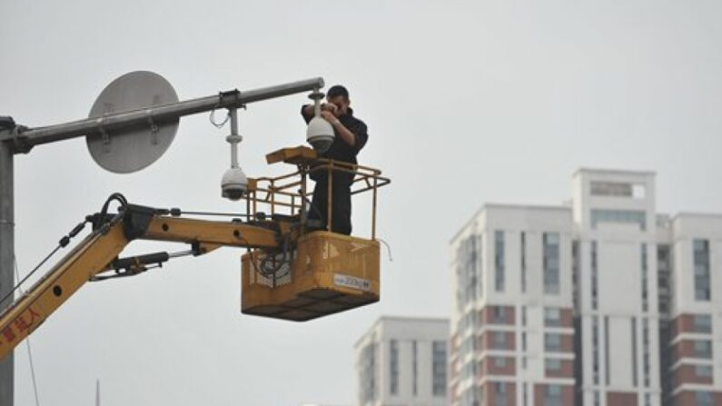중국 랴오닝성 선양에서 작업자가 감시카메라를 수리하는 모습 | 글로벌타임스 캡처