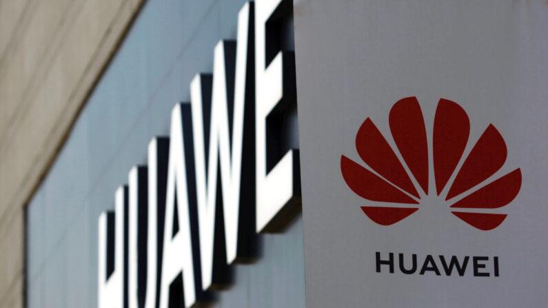 베이징의 한 쇼핑센터 외벽에 설치된 화웨이 간판과 로고. 2020년 7월 14일 | 로이터=연합뉴스