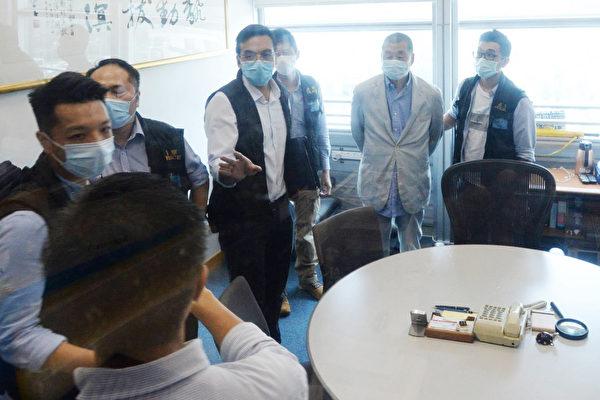 홍콩 빈과일보 창업자 지미 라이(오른쪽에서 두 번째)가 체포됐다. | 中央社