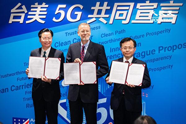 우자오셰 대만 외교부 장관(왼쪽)과 미국재대만협회(AIT)의 윌리엄 브렌트 크리스턴슨 사무처장(가운데)이 지난 26일 5G 안보 공동선언을 발표한 뒤 선언문을 들어보이고 있다. | 에포크타임스
