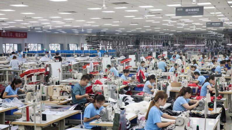 중국 장쑤성 난퉁의 한 의류업체 공장에서 직원들이 근무하고 있다. 2019년 9월 24일 | STR/AFP via Getty Images