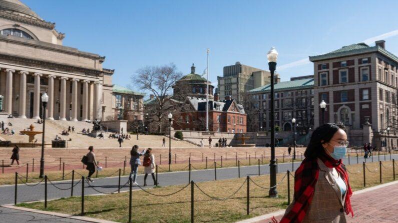 2020년 3월 9일 뉴욕시의 컬럼비아대 캠퍼스에서 마스크를 쓴 여성이 걷고 있다.   hoto by Jeenah Moon/Getty Images
