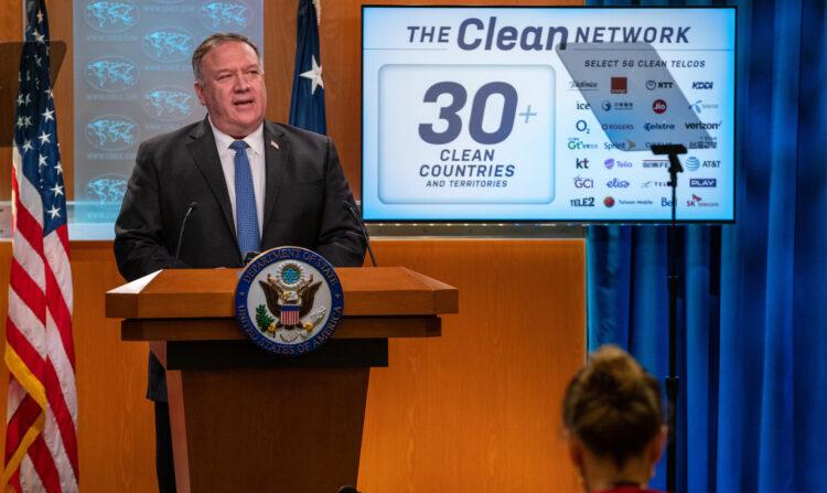 마이크 폼페이오 미 국무장관이 5일 국무부 기자회견에서 '클린네트워크' 정책을 설명하고 있다.   미국 대사관