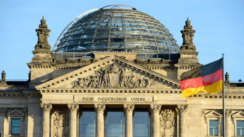 독일 베를린의 국가의회 의사당 앞에 독일 국기가 걸려 있다.   JOHN MACDOUGALL/AFP via Getty Images