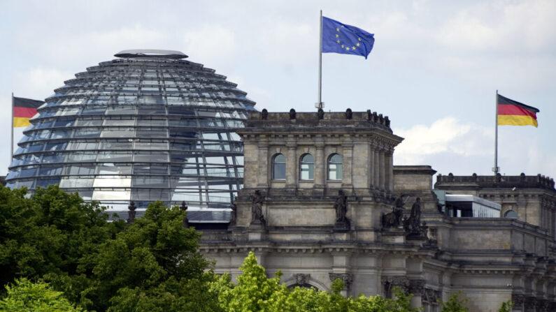 독일 베를린의 국회의사당 라이히스탁 위로 유럽연합(EU) 깃발과 독일 국기가 펄럭이고 있다. 2011.5.25 | JOHANNES EISELE/AFP via Getty Images