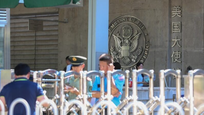 중국 주재 미국 대사관은 8월 4일 가구와 가전제품, 컴퓨터 등을 경매에 부쳤다.   Emmanuel Wong / Getty Images