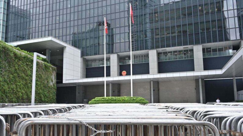 홍콩 입법회 청사 정문에 겹겹이 바리케이드가 설치돼 있다. 2019년 7월 11일 | AFP=연합뉴스