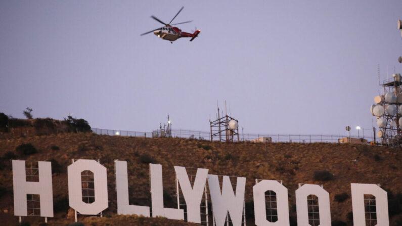 2019년 11월 09일 캘리포니아주 로스앤젤레스 인근에서 화재가 발생해 소방헬기가 할리우드 표지판 근처를 비행하고 있다. | Mario Tama/Getty Images