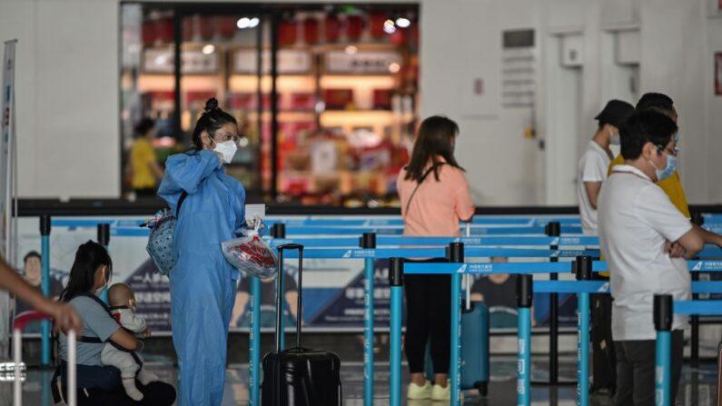 기사와 직접 관련 없는 자료사진. 지난 5월 23일 중국 중부 후베이성 우한시 톈허 공항의 항공사 카운터에서 보호장구와 마스크를 쓴 승객이 대기하고 있다.   AFP=연합뉴스