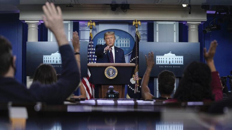 도널드 트럼프 대통령이 2020년 8월 4일 백악관 브리핑룸에서 기자회견을 열고 기자들과 질의응답하고 있다.   Drew Angerer/Getty Images